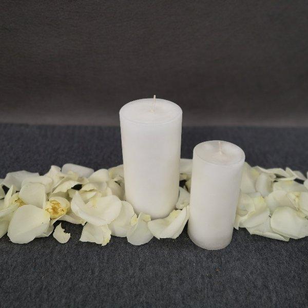 Dekoration mit Kerzen und Blütenblättern Bild 1