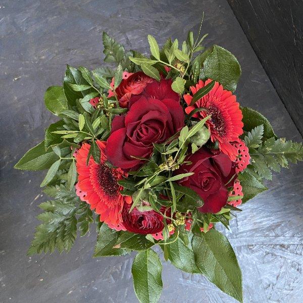 Blumenstrauß in rot, mit Blumen der Saison Bild 1