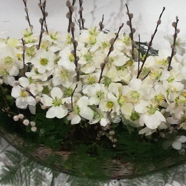 Grabscha 3       Bepflanztes Korbschiffchen  in weiß Bild 1