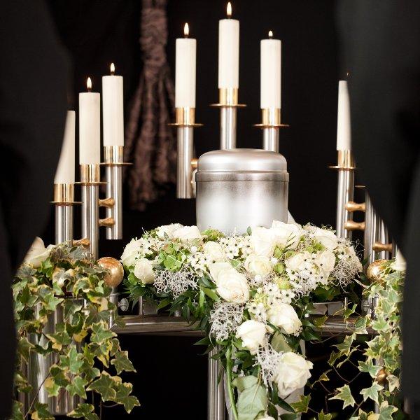 Urnenkranz weiße Rosen Bild 1