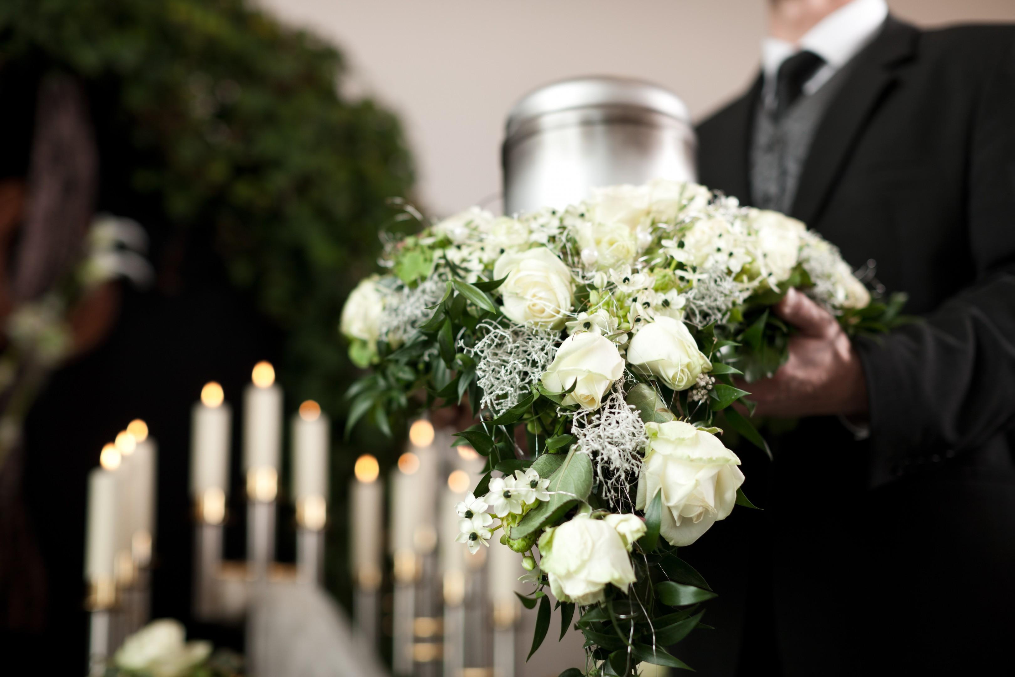 Urnenkranz weiße Rosen Bild 2
