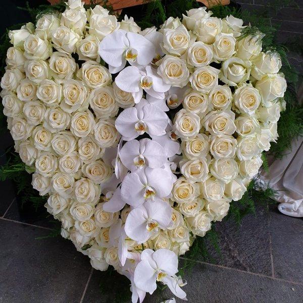 H 13 großes Herz aus weißen Rosen und Phalaenopsis Bild 1