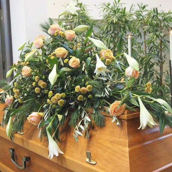 Sargschmuck weiß-lachs Blumenkombination I Bild 2