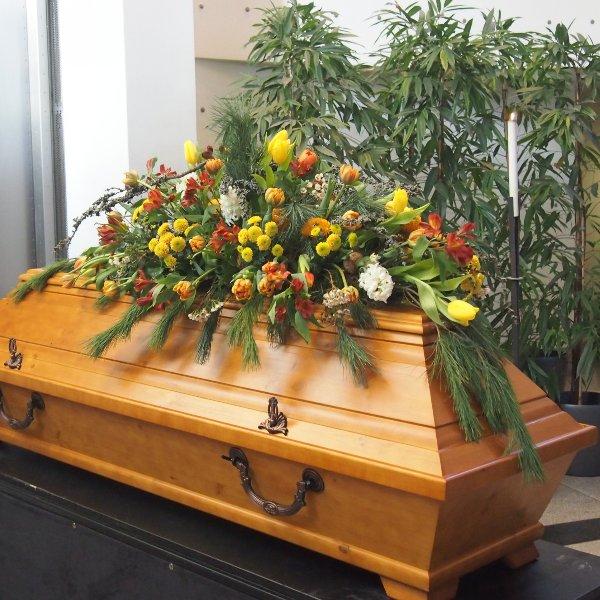 Sargschmuck frühlingshaft Blumen und Pflanzen kombiniert Bild 1