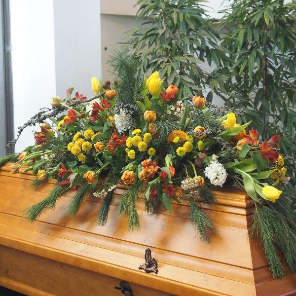 Sargschmuck frühlingshaft Blumen und Pflanzen kombiniert Bild 2
