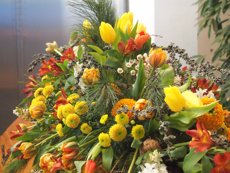 Sargschmuck frühlingshaft Blumen und Pflanzen kombiniert Bild 4