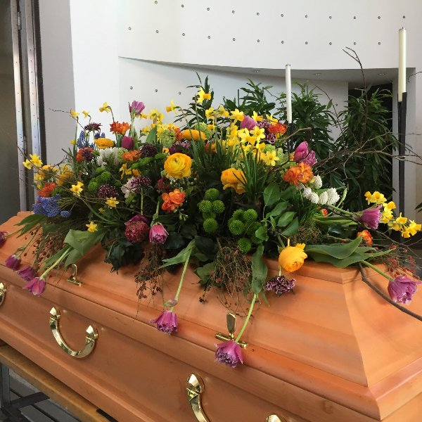 Sargschmuck frühlingshaft Blumen und Pflanzen kombiniert Bild 3