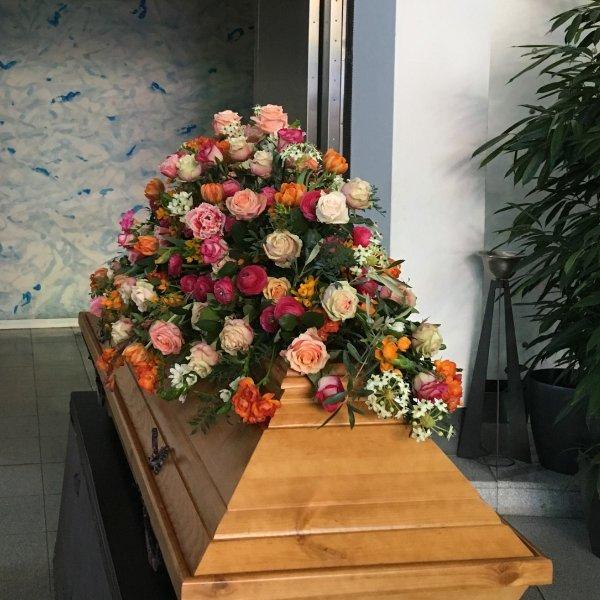 Sargschmuck mit bunten Rosen Bild 2