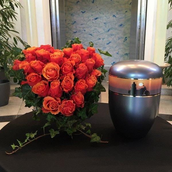 Urnenschmuck - Herzform mit Aufsteller gesteckt mit Rosen Bild 1