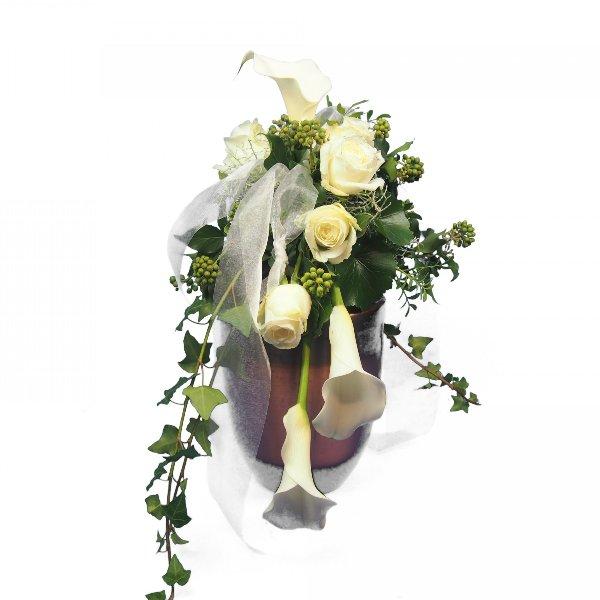 Urnenschmuck mit weißen Calla und Rosen, abfließend Bild 1