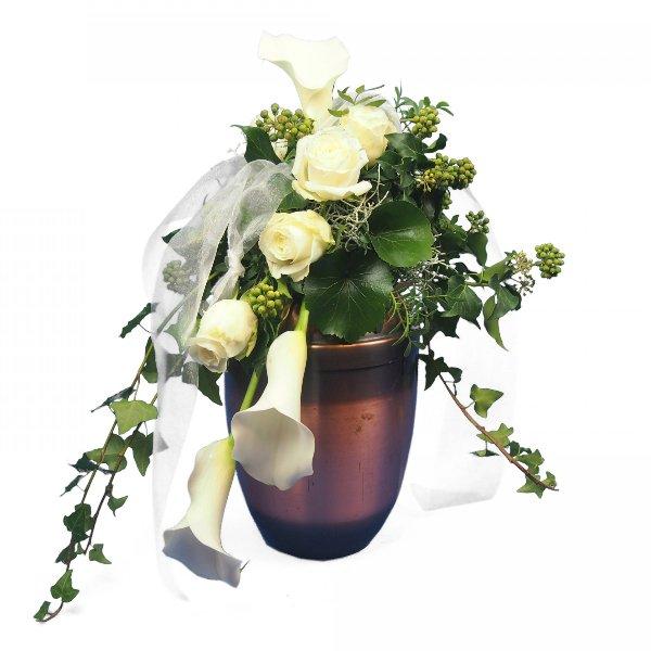 Urnenschmuck mit weißen Calla und Rosen, abfließend Bild 2