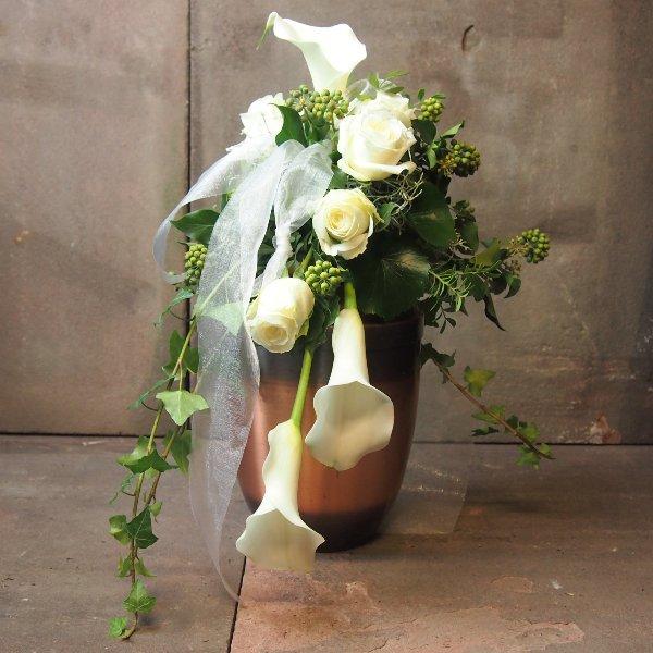 Urnenschmuck mit weißen Calla und Rosen, abfließend Bild 3
