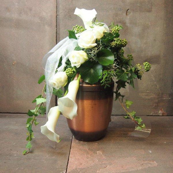 Urnenschmuck mit weißen Calla und Rosen, abfließend Bild 4