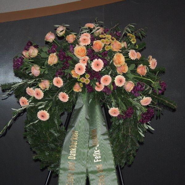Trauerkranz mit Bukettgarnierung lachs-violettfarbene Blumenkombination Bild 1