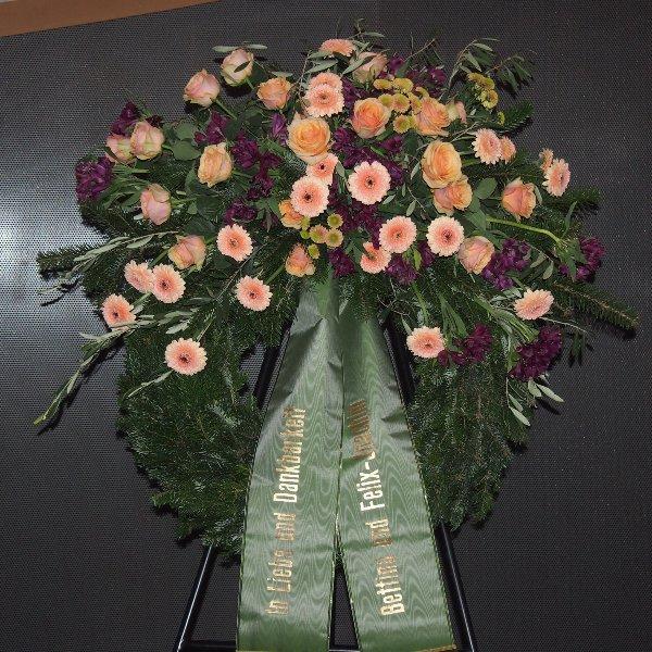 Trauerkranz mit Bukettgarnierung lachs-violettfarbene Blumenkombination Bild 2