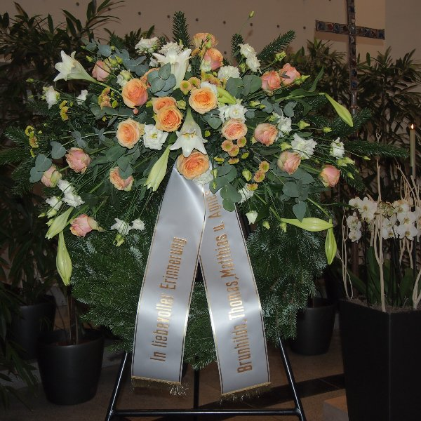 Trauerkranz mit Bukettgarnierung lachs-weißer Blumenkombination Bild 1