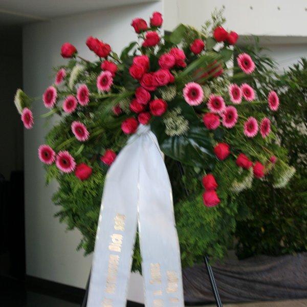 Trauerkranz mit Bukettgarnierung magentafarbener Blumenkombination Bild 1