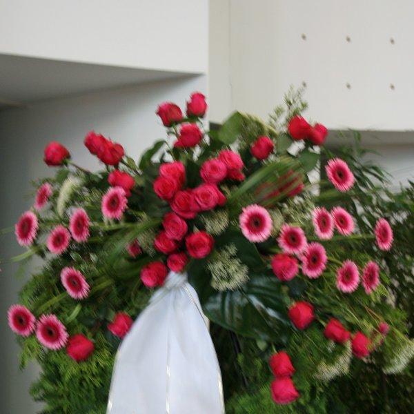 Trauerkranz mit Bukettgarnierung magentafarbener Blumenkombination Bild 2