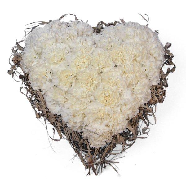 Herzform mit weißen Nelken und Rand aus getrockneter Tillandsia Bild 1