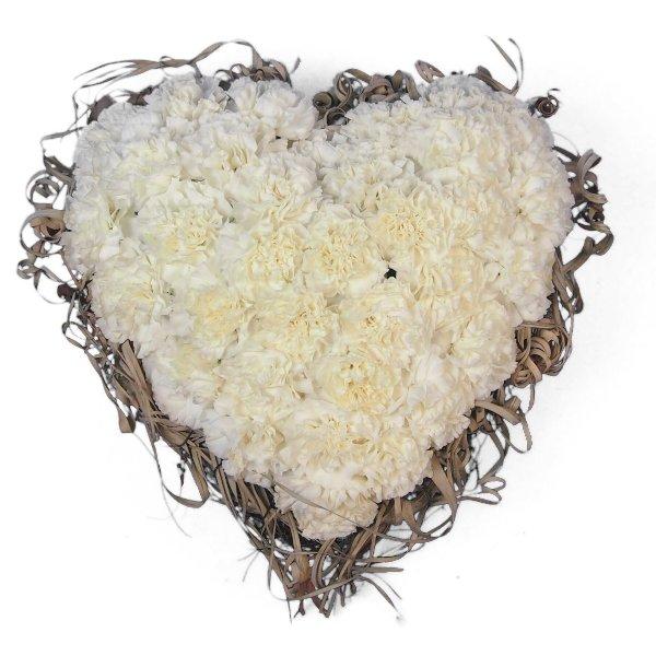 Herzform mit weißen Nelken und Rand aus getrockneter Tillandsia Bild 2