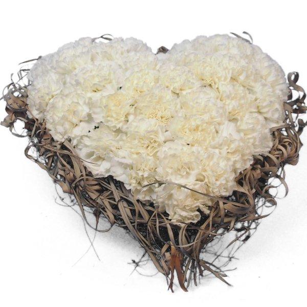 Herzform mit weißen Nelken und Rand aus getrockneter Tillandsia Bild 3