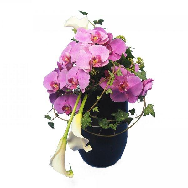 Urnenschmuck mit violett Phalaenopsis-Rispe und weißen Calla  abfließend Bild 1