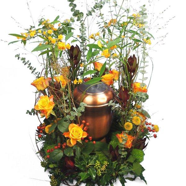 Urnenschmuck Blumenwiese mit gelb-orange-roter Blumenkombination Bild 3