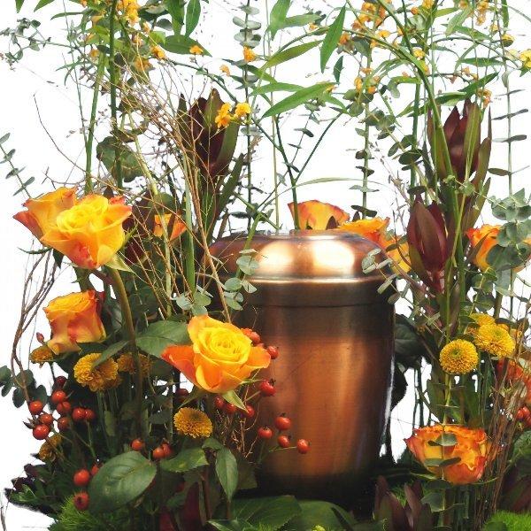 Urnenschmuck Blumenwiese mit gelb-orange-roter Blumenkombination Bild 4