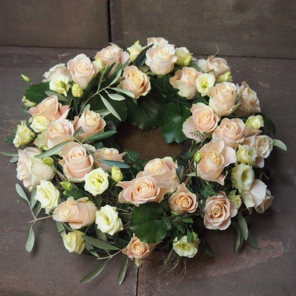 Urnenkranz, Kombination aus beigefarbenen Rosen mit Olivengrün Bild 4