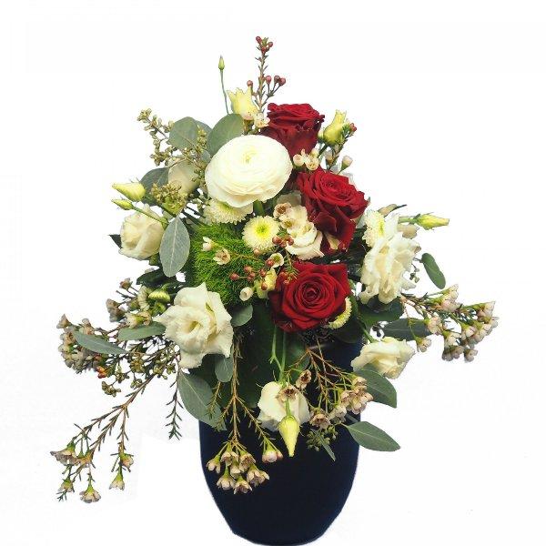 Urnenschmuck mit roten Rosen und passenden weißen Blumen Bild 2