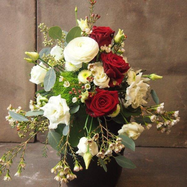 Urnenschmuck mit roten Rosen und passenden weißen Blumen Bild 4