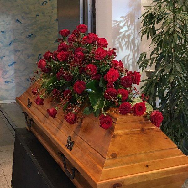 Sargschmuck mit roten Rosen in verschiedenen Größen Bild 1
