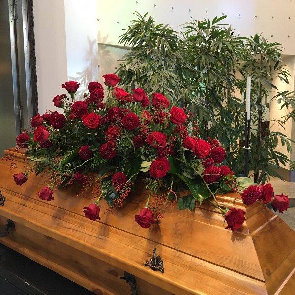 Sargschmuck mit roten Rosen in verschiedenen Größen Bild 2