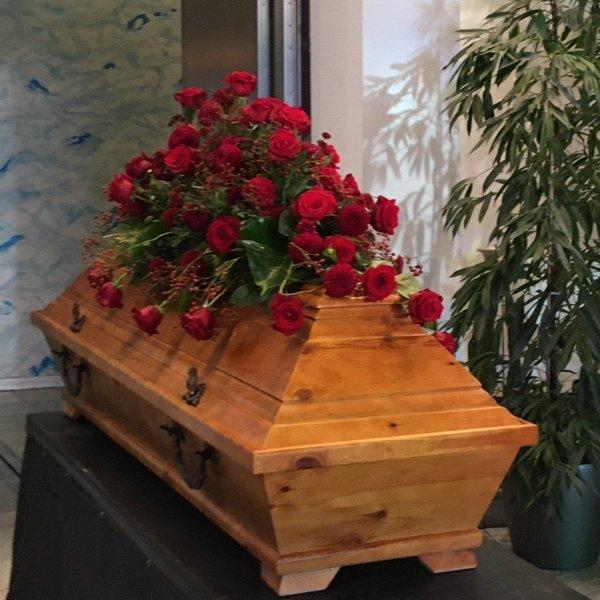 Sargschmuck mit roten Rosen in verschiedenen Größen Bild 3