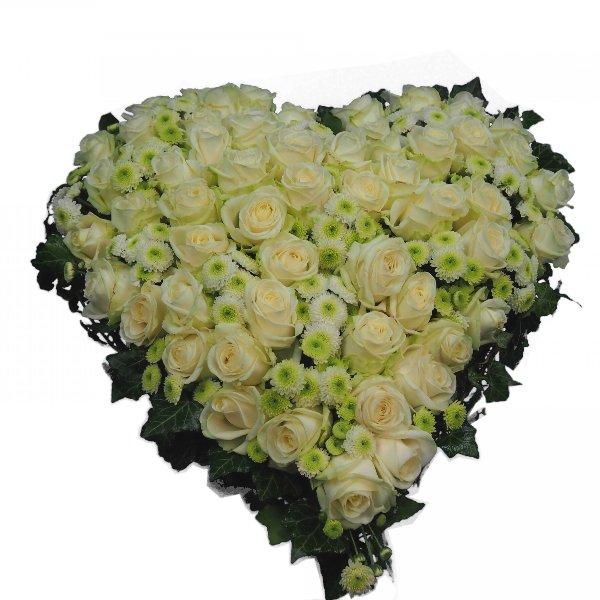 Herzform mit weißen Rosen und Santin Bild 1
