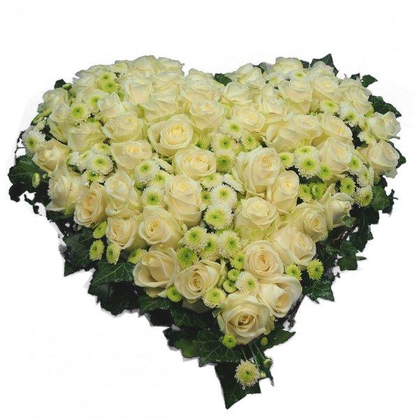 Herzform mit weißen Rosen und Santin Bild 2