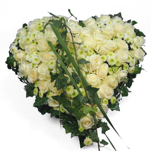 Herzform mit weißen Rosen und Santin Bild 3