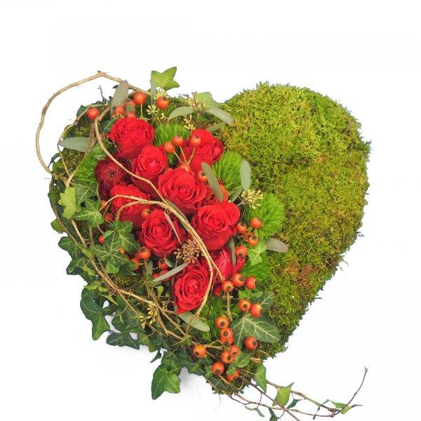 Herzform mit Moos und Akzentgarnierung mit roten Rosen Bild 2