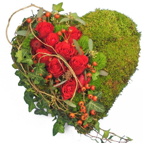 Herzform mit Moos und Akzentgarnierung mit roten Rosen Bild 1