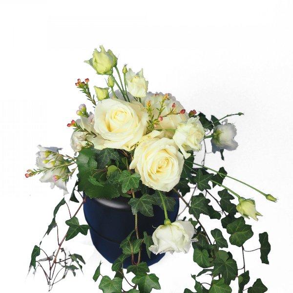 Urnenschmuck mit weißen Blumen Bild 2
