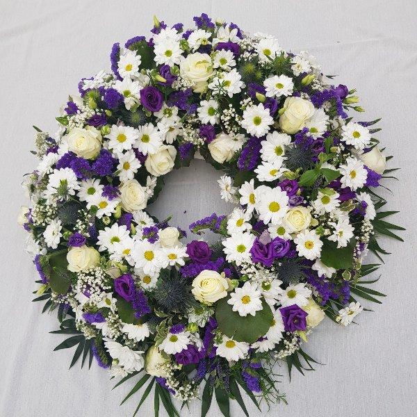 Rundgesteckter Kranz violett-weiß Bild 1