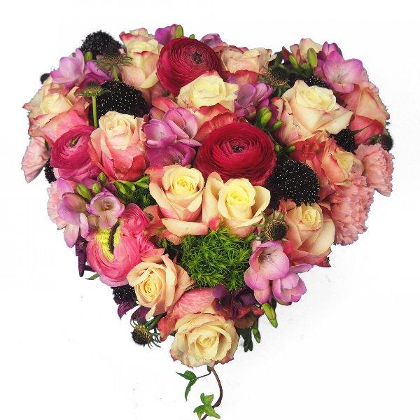 Herzform gesteckt mit Blumen in rosa-magenta-pink Bild 1