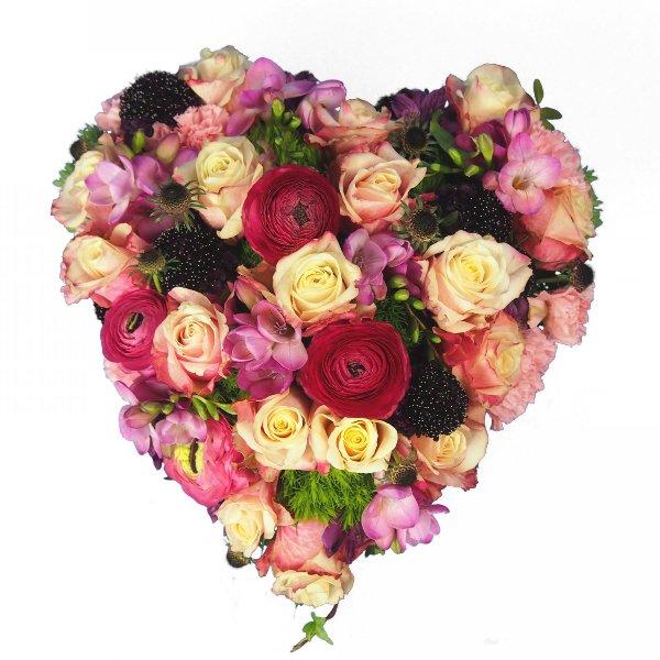 Herzform gesteckt mit Blumen in rosa-magenta-pink Bild 2