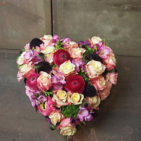 Herzform gesteckt mit Blumen in rosa-magenta-pink Bild 3