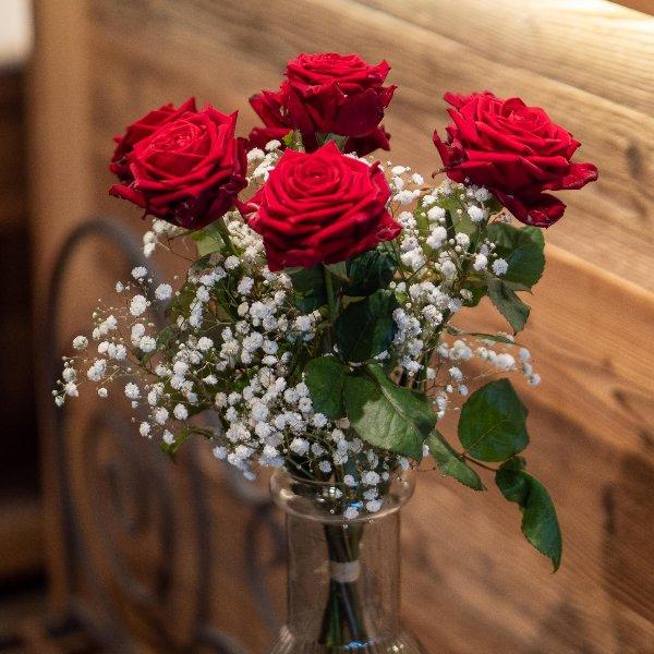 Rote Rosen mit Schleierkraut Bild 1
