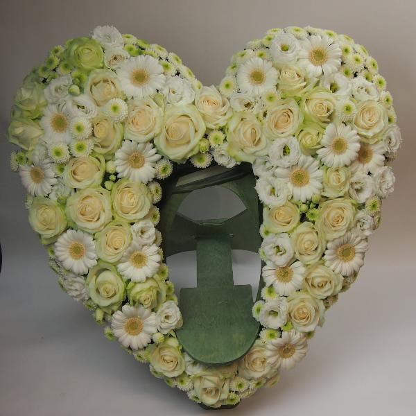 Herzform mit Aufsteller für Urne 60cm gesteckt mit weißen Blumen Bild 1