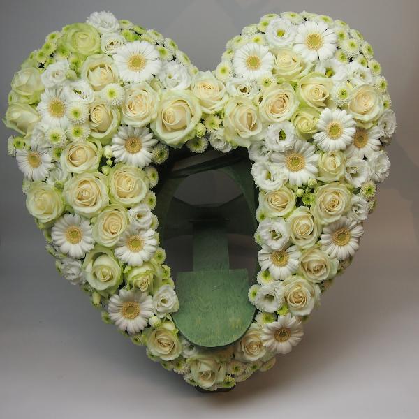 Herzform mit Aufsteller für Urne 60cm gesteckt mit weißen Blumen Bild 2
