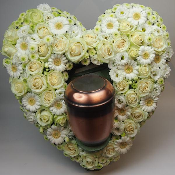 Herzform mit Aufsteller für Urne 60cm gesteckt mit weißen Blumen Bild 3