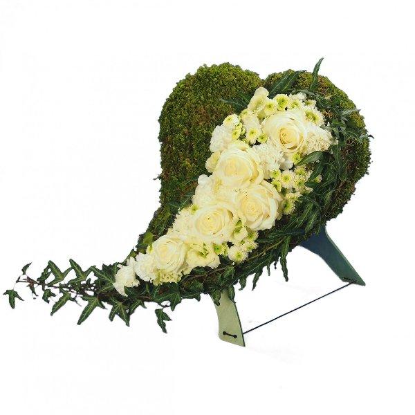 Herzform mit Moos und Akzentgarnierung mit weißer Blumenkombination Bild 1
