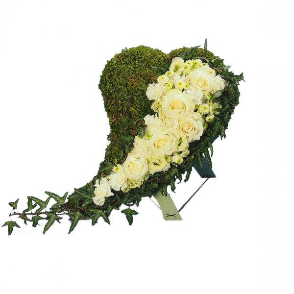 Herzform mit Moos und Akzentgarnierung mit weißer Blumenkombination Bild 2